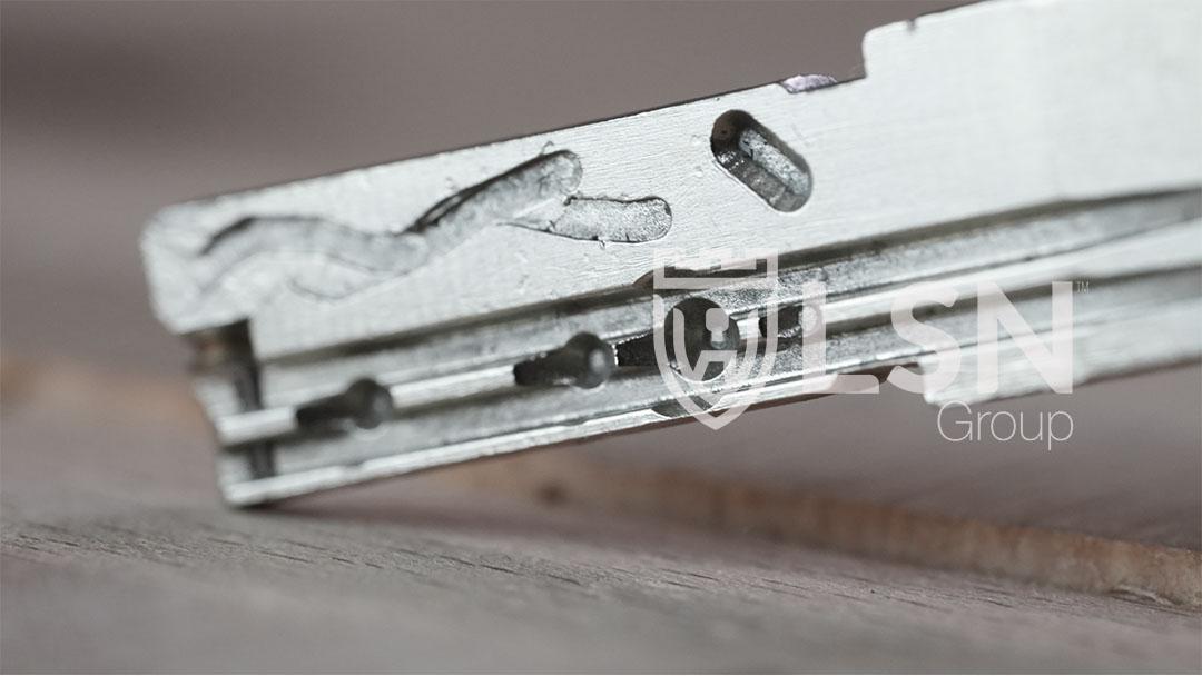 3º Clave matemática. Sistema único, exclusivo y revolucionario, este sistema es una especie de pin activo que bloque el rotor si no se usa una llave original, solo se puede volver a activar desde servicio técnico Mottura, y como es de esperar bloquea el cilindro contra ataques de habilidad.  Las claves aleatorias son las siguientes - +, x, -, /, ósea más, multiplicación, menos y división.